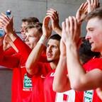 Mannschaft und Fans bejubeln den 2:1 Derbysieg gegen Saarbrücken