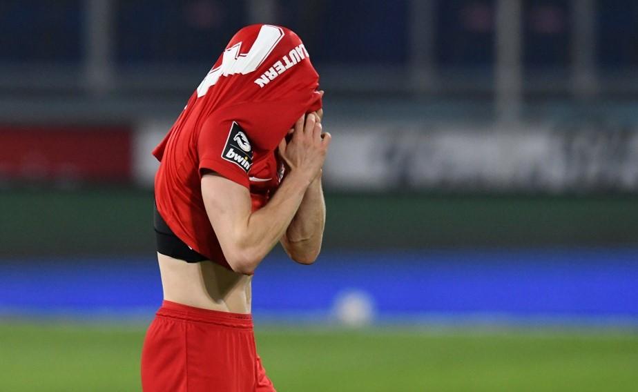 Enttäuschung pur: Nach dem 2:2 in Duisburg würde sich der FCK am liebsten verstecken.